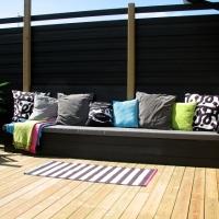 Platsbyggd soffa på altanen